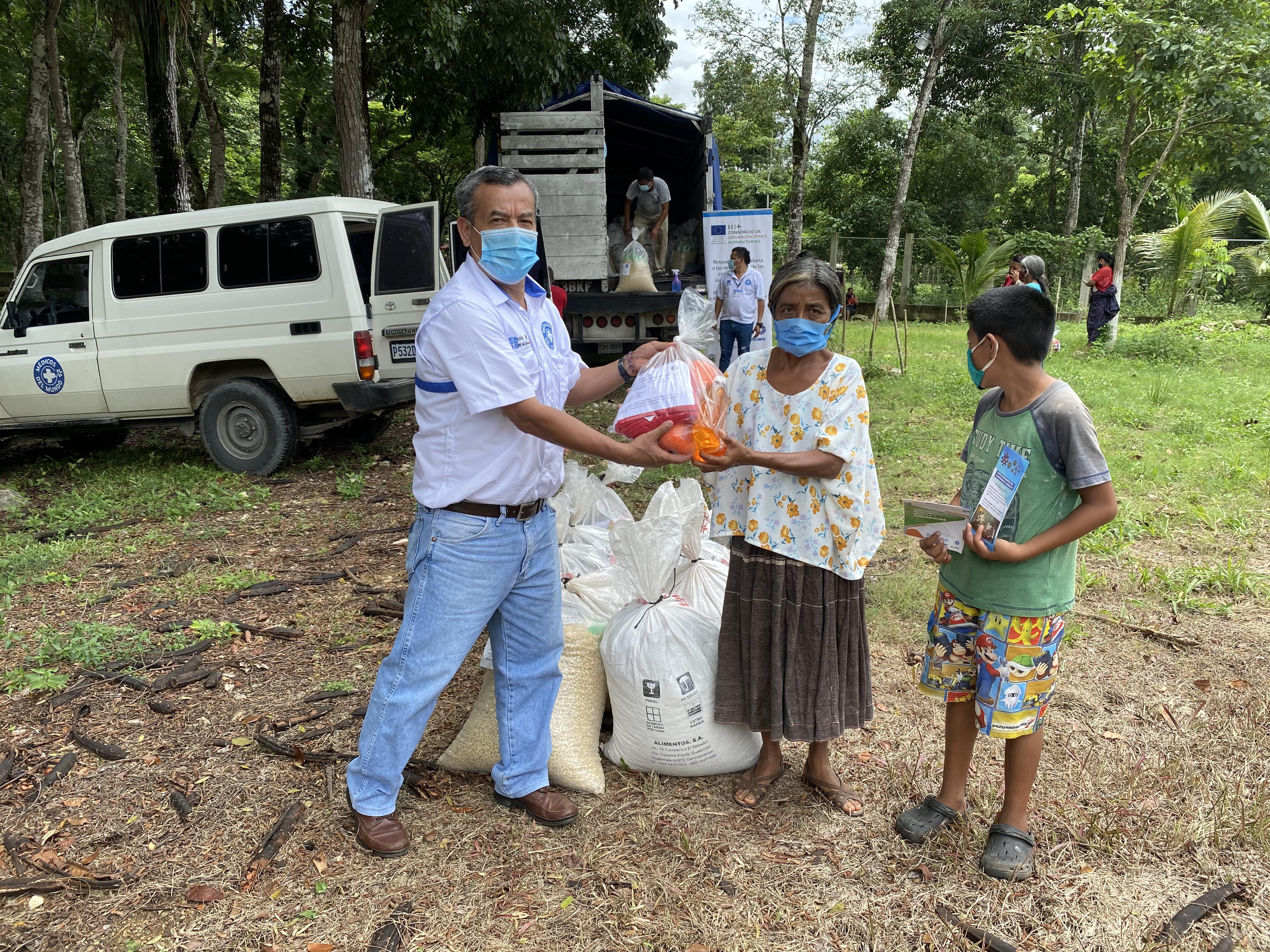 Entrega de materiales de asistencia alimentos y kits de prevención frente al covid-19 en Chisequito Raxruha , Alta Verapaz