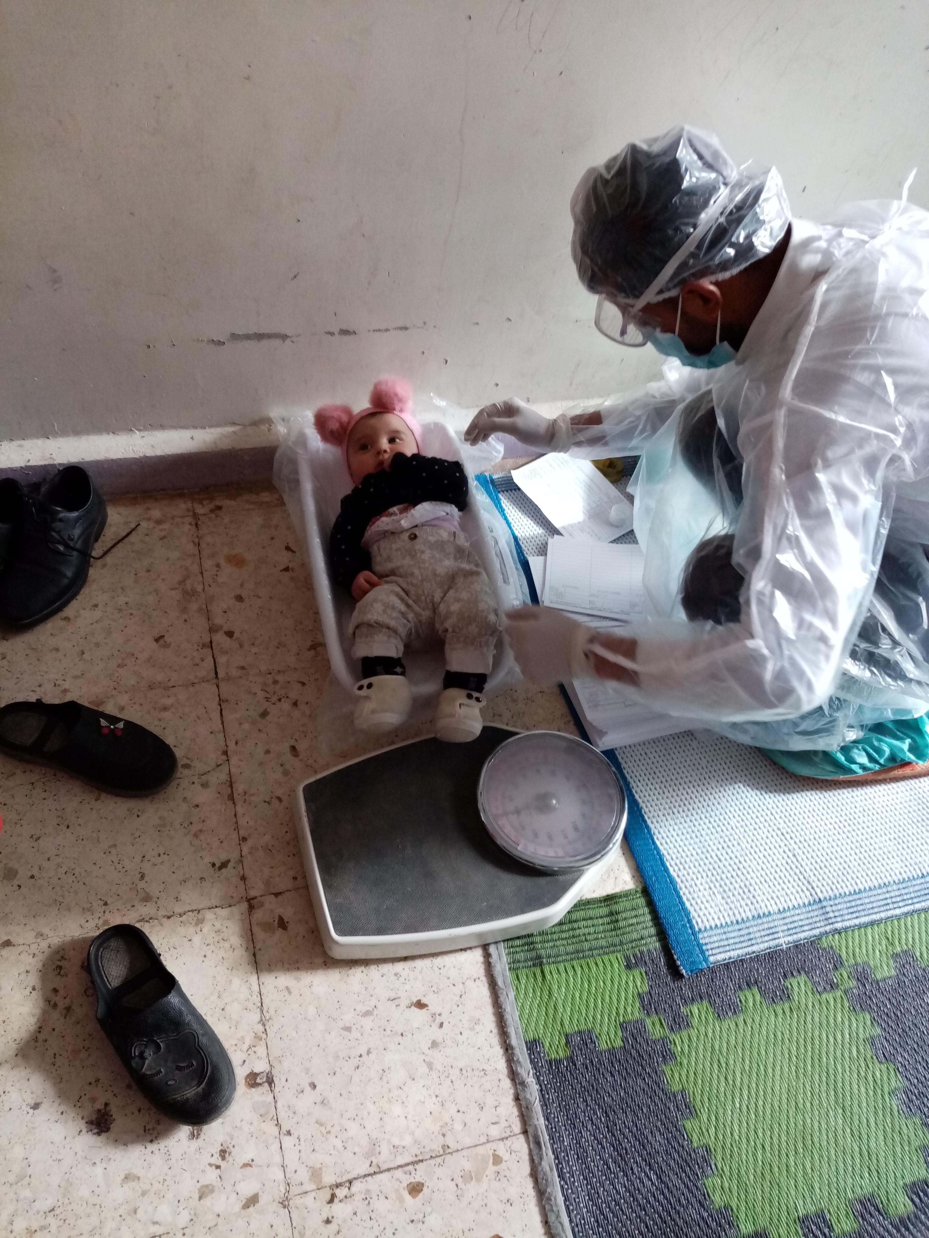 El equipo movil pesa y mide a una bebe en el alojamiento colectivo Hasakeh