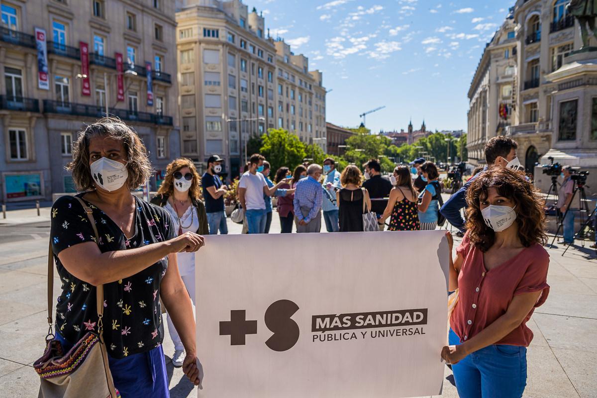 Despues de aplaudir ha llegado la hora de dotar con mas recursos a nuestra sanidad pública y protegerla de los constantes recortes que ha sufrido en los ultimos años. ©Carlos Cobos