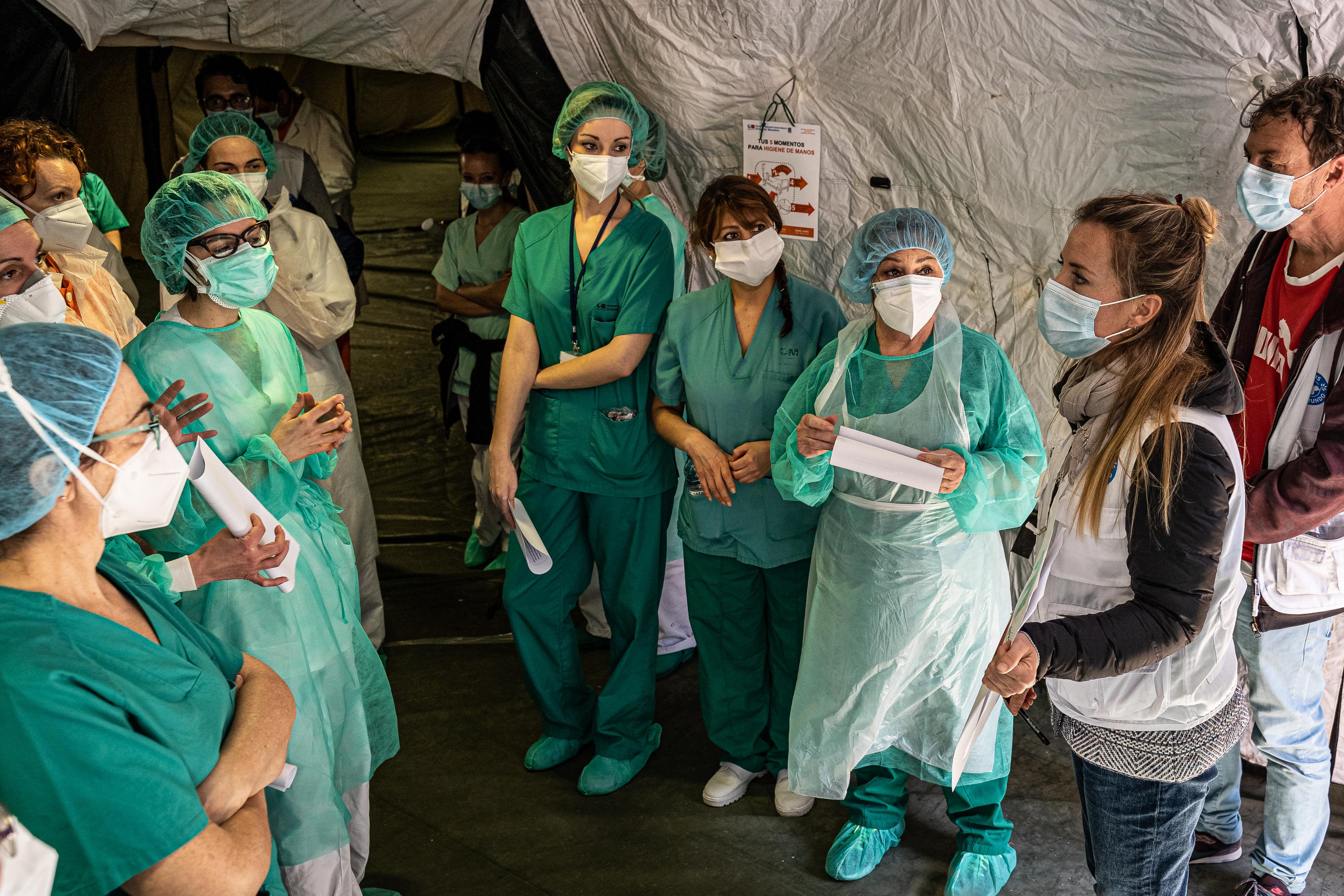 El equipo de Médicos del Mundo informa sobre las medidas de prevención de la pandemia al equipo del hospital Gregorio Marañón, Madrid. @Ignacio Marín